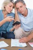 Angelägna par som går över deras skuld royaltyfri fotografi