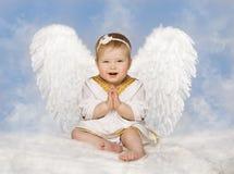 Angel Baby Wings, Angelic Cupid Toddler Kid Clasped-Gevouwen Handen Stock Foto's