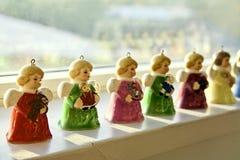 Angel Bells de vintage, miniature et coloré sont la vie arrière par le soleil merveilleux sur une étagère pendant la saison de No Photos stock