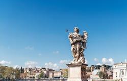 Angel Carrying la esponja, por Antonio Giorgetti en Ponte Sant 'Angelo Aelian Bridge o Pons Aelius en Roma, Italia fotografía de archivo libre de regalías