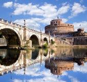 Angel Castle met brug op Tiber-rivier in Rome, Italië Stock Afbeelding