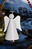 Angel Christmas Ornament Decorating blanco un árbol al aire libre fotos de archivo libres de regalías