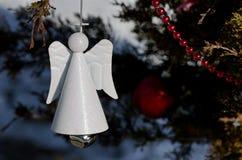 Angel Christmas Ornament Decorating blanco un árbol al aire libre imagenes de archivo