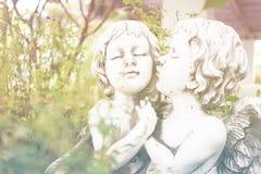 Angel Cupid in de tuin stock fotografie