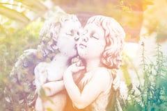 Angel Cupid in de tuin royalty-vrije stock afbeelding