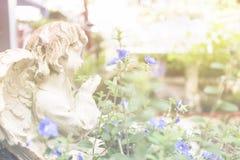 Angel Cupid i trädgården Royaltyfria Bilder
