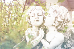 Angel Cupid i trädgården Arkivbild