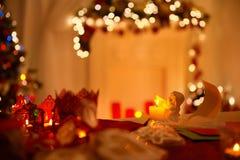 Angel Decoration, fjäder och pappers- bokstäver, De Fokusera Ljus Arkivbild