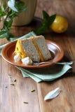 Angel Food Cake med citronkräm Arkivbilder