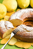 Angel Food Cake und Zitronen Lizenzfreies Stockbild