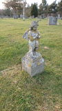 Angel Grave Stone cubierto de musgo imágenes de archivo libres de regalías