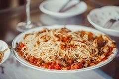 Angel Hair Pasta mit Tomatensauce, Knoblauch und Garnele Stockbild