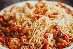 Angel Hair Pasta mit Tomatensauce, Knoblauch und Garnele Lizenzfreie Stockfotos