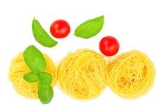 Angel Hair-Teigwarenvorbereitung für das Kochen durch Engelshaarteigwaren, Tomaten, Basilikum verlässt alle Bestandteile sind org stockbild