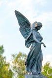 Angel Holds Rose Over een Graf in een Begraafplaats Royalty-vrije Stock Foto