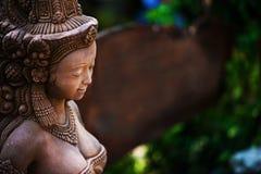 Angel Resting Statue med mossa arkivfoton