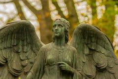 Angel Sculpture no cemitério Imagens de Stock