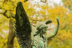 Angel Sculpture que aumenta o braço no cemitério imagens de stock royalty free
