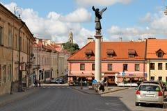 Angel Square in Vilnius in Litouwen met een monument van patroonengel Royalty-vrije Stock Foto