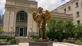 Angel Statue de oro en el centro de la sinfonía de Schermerhorn - Nashville, Estados Unidos - 16 de junio de 2019 metrajes