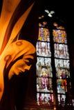 Angel Statue e vitral Imagens de Stock