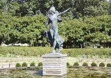 Angel Statue ha circondato dall'acqua Lillie Immagine Stock