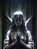 Angel Statue nell'ambito dei raggi di luce Immagini Stock Libere da Diritti
