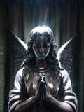Angel Statue sob raios de luz imagens de stock royalty free
