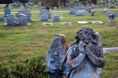 Angel Statue Among Tombstones At een Oude Begraafplaats Royalty-vrije Stock Fotografie