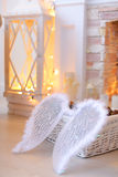 Angel Wings que encontra-se na cesta perto da chaminé Foto de Stock