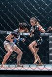 Angela Lee von Singapur und Jenny Huang des Chinesen Taipeh in einem Meisterschaft ` eins: Kriegers-Königreich ` Stockbilder