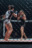 Angela Lee von Singapur und Jenny Huang des Chinesen Taipeh in einem Meisterschaft ` eins: Kriegers-Königreich ` Stockfoto