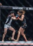 Angela Lee von Singapur und Jenny Huang des Chinesen Taipeh in einem Meisterschaft ` eins: Kriegers-Königreich ` Lizenzfreies Stockbild
