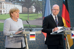 Angela Merkel en Bohuslav Sobotka Stock Afbeeldingen