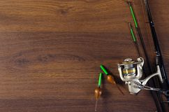 Angelausrüstung auf dem hölzernen Hintergrund lizenzfreie stockfotografie