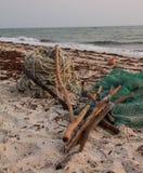 Angelausrüstung, die auf Strand liegt Stockbild
