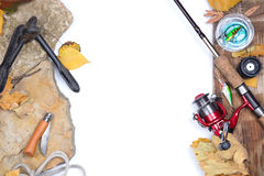 Angelausrüstung auf Steinen mit Anker und Blättern Lizenzfreie Stockfotografie