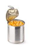 Angelehnte metallische Dose mit süßem Mais Stockbild