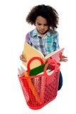 Angelägen skolaflicka som läser en bok Royaltyfri Bild