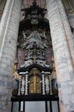 Angeli in cima all'altare dentro una chiesa a Gand Fotografia Stock