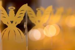 Angeli con i cuori in una fila della decorazione di Natale Fotografie Stock Libere da Diritti
