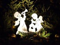 Angeli di festa nei rami del pino Fotografia Stock