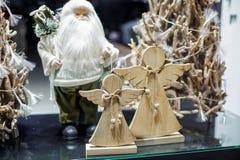 Angeli di Natale e di Santa Claus nella vetrina Fotografia Stock Libera da Diritti