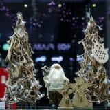 Angeli di Natale e di Santa Claus nella vetrina Immagine Stock