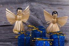 Angeli di paglia e del pacchetto di Natale Fotografia Stock Libera da Diritti