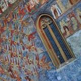 Angeli e finestra - monastero di Sucevita (Romania) fotografia stock libera da diritti