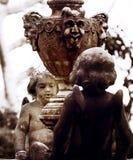 Angeli Fontana con στο giardino Στοκ Εικόνες