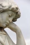 Angelic Angel Sculpture met Gedeprimeerde Verdrietuitdrukking Stock Afbeelding