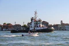 Angelina C猛拉小船和汽船有人的在威尼斯盐水湖, 库存照片