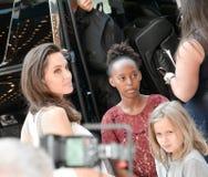 Angelina Jolie ed i suoi bambini al prima del capo famiglia al festival cinematografico dell'internazionale di Toronto Immagine Stock Libera da Diritti
